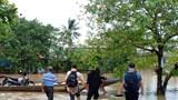 Lật xe công nông chở người qua vùng lũ, nữ sinh viên trường du lịch tử nạn thương tâm