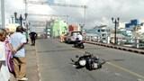 Va chạm với xế hộp trên cầu, người đàn ông bị thương nặng vùng đầu