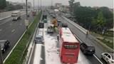 Hàng chục bao bột rơi xuống cao tốc Pháp Vân khiến xe khách húc văng ô tô 16 chỗ