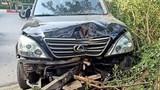 Hà Nội: Xe Lexus gây tai nạn giao thông, húc đổ gốc cây trên đường Trần Thái Tông