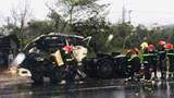 """Quảng Nam: Xe đầu kéo """"húc"""" xe ô tô đang chờ đèn đỏ, 1 người tử vong"""