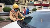 Hà Nội: Cảnh sát dán thông báo phạt nguội xe dừng đỗ sai quy định