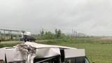Xe khách 16 chỗ bị tông bay xuống ruộng, nhiều hành khách bị thương