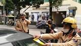 CSGT Hà Nội dán thông báo phạt nguội hàng loạt xe ô tô vi phạm dừng đỗ