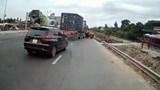 Vượt ẩu cắt ngang xe đầu kéo, ô tô Mazda CX5 bị kéo rê trên Quốc lộ 18