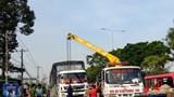 Xe tải tông dải phân cách trên quốc lộ 1, giao thông ùn ứ nhiều giờ