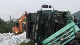 Tin tức tai nạn giao thông mới nhất hôm nay 25/12: Xe tải chở đá trắng bị lật, đường sắt Bắc - Nam tê liệt