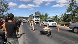 Xe máy va chạm xe tải khiến một người tử vong