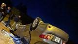 Ô tô mất lái lật ngửa giữa ngã ba, tài xế hoảng hồn chui ra từ đống kính vỡ