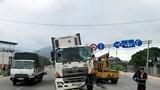 Tai nạn giao thông mới nhất hôm nay 11/1: Xe container mất lái, tông sập trụ biển báo giao thông