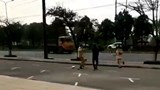 Phẫn nộ cảnh nam thanh niên cầm côn nhị khúc tấn công CSGT