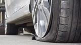 [Clip]: Tá hỏa khi hai bánh xe bật tung khỏi xe tải 18 bánh