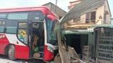 Tai nạn giao thông mới nhất hôm nay 24/1: Xe giường nằm mất lái tông taxi rồi đâm sập 2 nhà dân