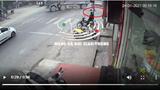 Xe máy vượt đèn đỏ tông vào xe ben, 2 người thương vong