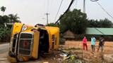 Người dân cứu tài xế mắc kẹt trong xe đầu kéo sau tai nạn
