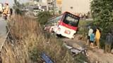 Tai nạn giao thông mới nhất hôm nay 4/2: Xe khách 52 chỗ ngồi lao xuống kênh, nhiều người thoát chết