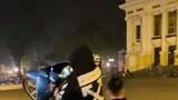 Xử phạt 2 thanh niên bốc đầu xe máy trước Nhà hát Lớn