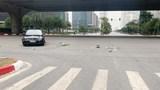 Hà Nội: Ô tô va chạm xe máy tại ngã tư Phạm Hùng - Dương Đình Nghệ, 1 người nguy kịch