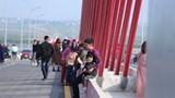 Hàng trăm người dừng phương tiện chụp ảnh đầu năm, cầu Cửa Hội ùn tắc