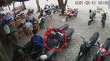 [Clip] Hành động tệ hại của nam thanh niên khi dập lửa xăng xe bằng nước
