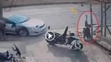 [Clip] Khoảnh khắc nam thanh niên bị thương nặng sau khi đâm vào xe ô tô đang rẽ không xi nhan xin đường