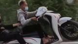 """Hà Nội: """"Bốc đầu"""" xe máy khoe lên TikTok, 2 nam thanh niên bị xử phạt"""