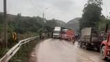Tai nạn liên hoàn giữa 3 ô tô trên quốc lộ 18 khiến 5 người bị thương