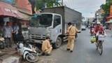 Tai nạn giao thông mới nhất hôm nay 24/3: Xe tải tông ô tô, rồi húc văng xe máy, cô gái đứng mua bánh mỳ nhập viện