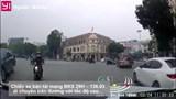 [Clip] Hà Nội: Hú hồn xe bán tải phóng nhanh ''suýt'' đâm trúng người đi đường