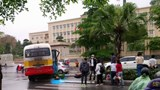 Tránh xe máy đi ngược chiều xe buýt đâm đổ cột điện