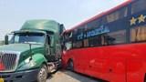 Tai nạn giao thông mới nhất hôm nay 1/4: Xe khách tông container và xe máy, một người bị thương