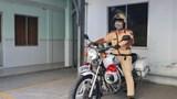 Chiến sĩ cảnh sát giao thông hỗ trợ đưa người bệnh đến bệnh viện cấp cứu
