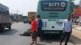 Xe buýt va chạm xe máy, tài xế xe máy rơi xuống đường tử vong
