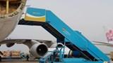Xe thang lùi trúng ô tô 16 chỗ chở tiếp viên hàng không trong sân bay