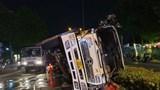 Tai nạn giao thông mới nhất ngày 19/4: Xe tải lật đè ô tô 4 chỗ, tài xế ôm con nhỏ đạp tung cửa chạy ra ngoài