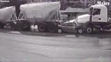 [Clip] Tai nạn kinh hoàng: Ô tô con nát bét giữa 2 xe bồn, cả gia đình thiệt mạng