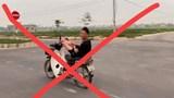 Nam sinh THPT điều khiển xe máy bằng chân