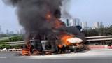 Ô tô Mitsubishi cháy dữ dội trên cao tốc Pháp Vân - Cầu Giẽ