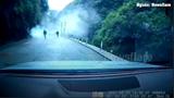 [Clip] Sạt lở núi đá rơi trúng ô tô, 2 cha con thoát chết kỳ diệu