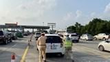 Cảnh sát giao thông hỗ trợ phương tiện gặp sự cố trên đường cao tốc trong kỳ nghỉ lễ