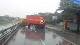 [Clip] Khoảnh khắc xe container lao lên dải phân cách chắn ngang đường