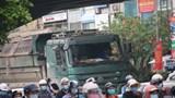 Tài xế ngang nhiên điều khiển xe tải đi vào giờ cấm ở quận Thanh Xuân