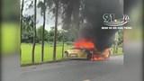 [Clip] Ô tô cháy rụi vì đâm vào cột mốc, tài xế nhập viện cấp cứu
