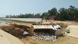 Gãy cầu tạm, xe tải chở đá rơi xuống kênh