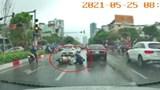[Clip] Đi nhanh trời mưa, người đi xe máy phanh gấp ngã cạnh gầm ôtô