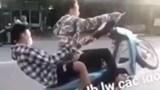 Nhận tin báo qua Facebook, công an xử phạt 2 thanh niên ''bốc đầu'' xe máy khi tham gia giao thông