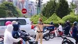[Ảnh] Hà Nội: Lực lượng CSGT căng mình phân luồng dưới nắng nóng gay gắt