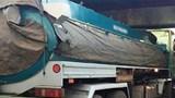 Xe bồn chở dầu điều mất lái đâm thủng 3 ki-ốt hàng tạp hóa