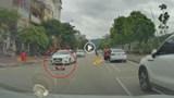 [Clip] Người mẹ bất cẩn mở cửa xe để con chạy sang đường bị ô tô húc văng