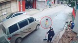 [Clip] Thót tim cảnh cháu bé lao sang đường suýt bị ô tô tông trúng
